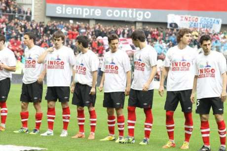 Bilbao Athletic players at game this month wearing T-shirts to express solidarity with family of one of their fans shot by Ertzaintza rubber projectile at short range who later died in hospital