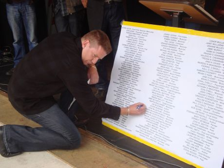 Damien Dempsey signs the pledge
