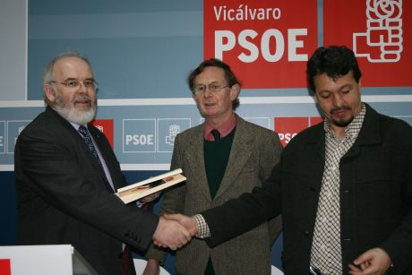 Francie Molloy, Harry Owens and Juan Julián Ramón. The latter personally opened the local PSOE beer dispenser for us