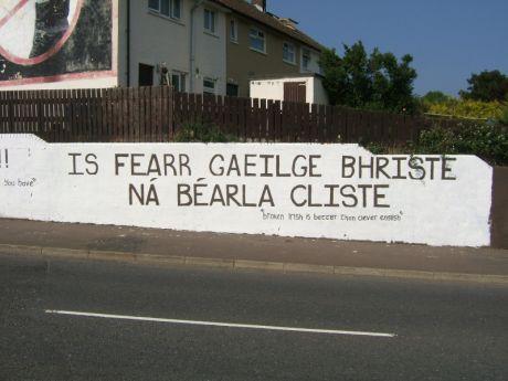 Is fearr Gaeilge bhriste ná Béarla cliste