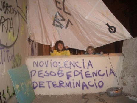 non violence, disobedience, determination : local kids take control of the deselojo seas: their space