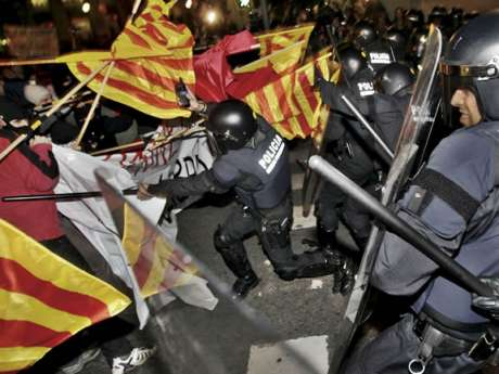 Mossos beat students against bolonya plan in Barcelona