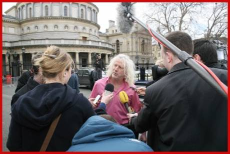 Independant TD Mick Wallace hoping to shock them in pink. Mick is also a member of the technical group in the D�il that includes a number of other independents, the Unemployed Workers Action Group and members of the United Left Alliance.