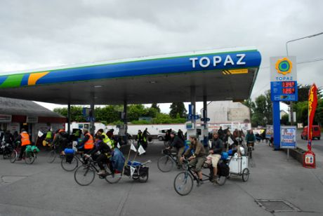 Blockade of Topaz petrol station (owned by Shell)