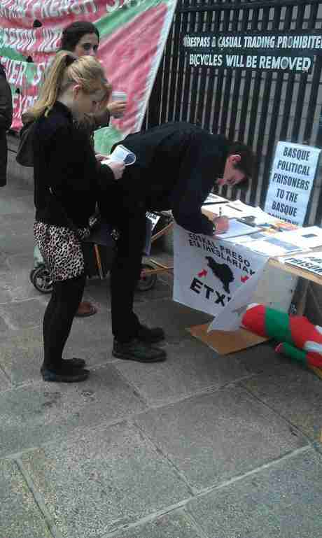 Passers-by read leaflets and sign for solidarity with Basque political prisoners, Baile �tha Cliath, yesterday.