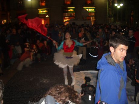 manifestation Barcelona style, circus, music, clowns, acrobats, an example of MAKABRA