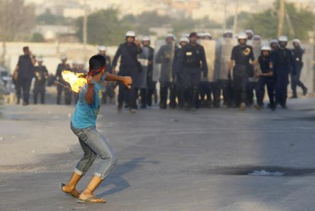 bahrain_youth_police_confrontation_oct05_2012.jpg